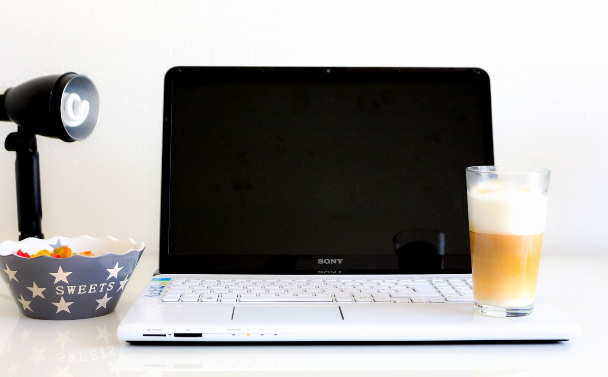 laptop-kaffee-süßigkeiten-lampe